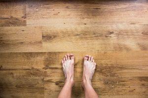 Nohy na podlahe
