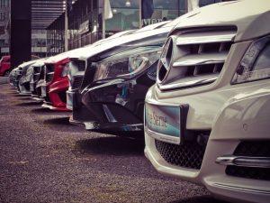 Kapoty odparkovaných vozidiel